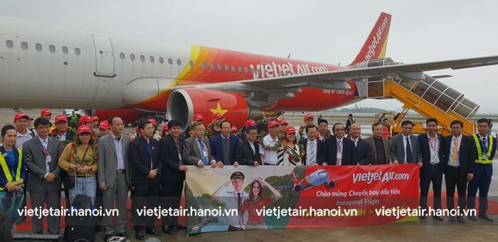 Chào đón những vị khách đầu tiên trên chuyến bay Hồ Chí Minh đi Vân Đồn