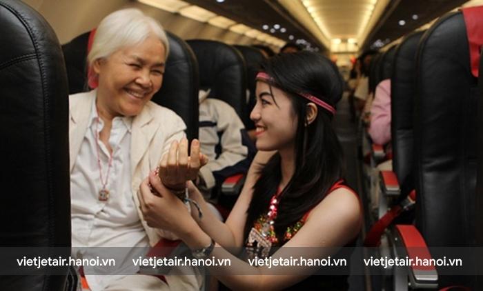 Các tiếp viên của Vietjet luôn dành sự chăm sóc chu đáo cho hành khách