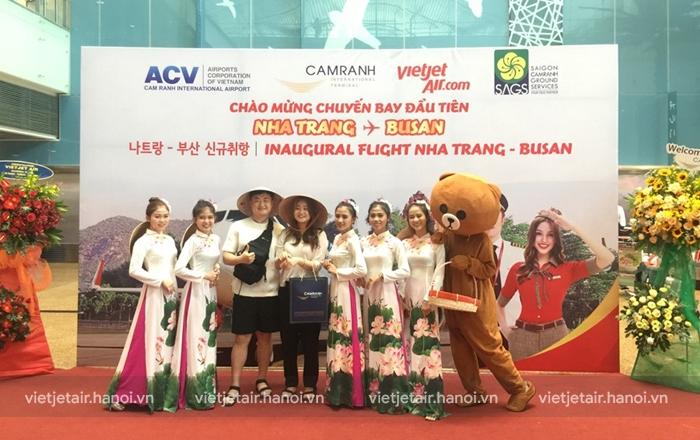 Hành khách trên chuyến bay khai trương được nhận quà lưu niệm của hãng